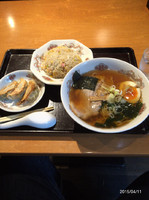 「ラーメン+半炒飯+餃子3個 880円。」@五番の写真