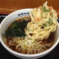 「かけ(¥270)+かき揚げ(クーポン)」@名代 箱根そば 川崎店の写真