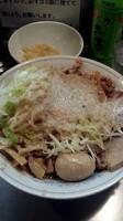 「まぜそば(大盛)+野菜普通、油とニンニクマシマシ」@らーめん大 池袋店の写真