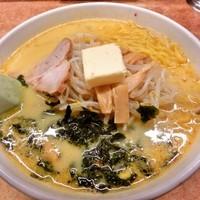 「味噌カレー牛乳ラーメン(バター入り)830円」@味の札幌 大西の写真