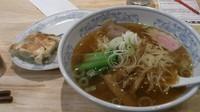 「満州ラーメンと餃子_583円」@ぎょうざの満洲 中野南口店の写真