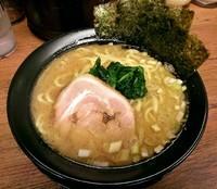 「豚骨醤油ラーメン \690」@横浜家系ラーメン 鶯家の写真