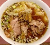 「チャーシューワンタン麺 1100円 お酒600円」@名物屋の写真