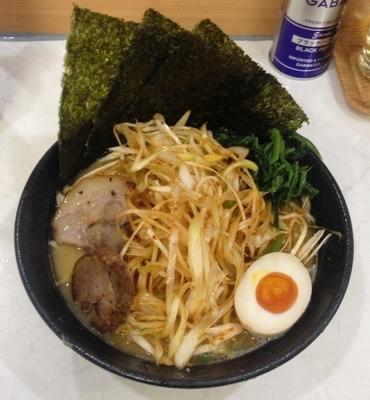 「醤油豚骨ネギラーメン 830円」@龍源 矢向店の写真
