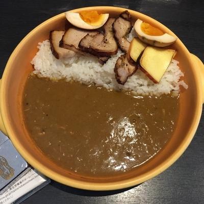 「燻製全部のせカレー[ホット/濃いめ/M]」@燻製カレー くんかれ 日本橋人形町店の写真