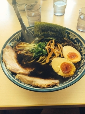 「黒醤油 太麺 味玉」@あぢとみ食堂の写真