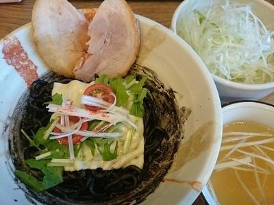「【限定10食】艶黒イカスミそば¥850+ネギ盛り¥100」@麺処 慶の写真