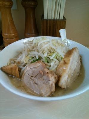 「ラーメン(麺半分、ヤサイ少な目)750円」@自家製ラーメン 大者の写真