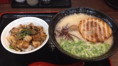 「鬼炊きとんこつラーメン+チャーシュウ丼」@鬼炊き豚骨ラーメン まくり屋の写真