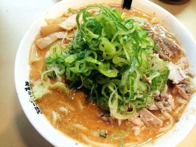 「ごっつカレーラーメン(背脂普通、中辛、薬味ネギ大盛)」@超ごってり麺 ごっつの写真