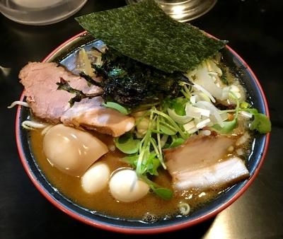 「香味醤油味玉ラーメン 820円 + たっぷり野菜 100円」@麺喰ヴァリーの写真