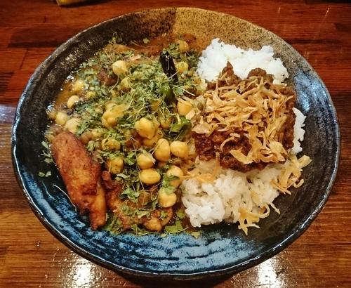 「あいがけカレー(チキン+豆 / 4辛) 1350円」@カレーノトリコの写真
