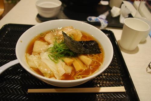 「ワンタン醤油らぁ麺910円」@湘南 野の実 Terrace mall 湘南店の写真