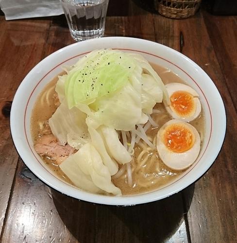 「特製醤油らぁ麺 (大盛) + 煮豚丼」@井之上屋の写真
