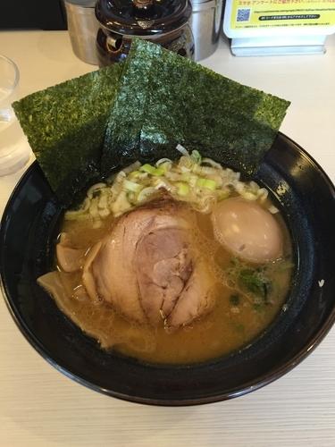 「醤油豚骨らーめん+味玉」@ゴル麺 横浜本店の写真