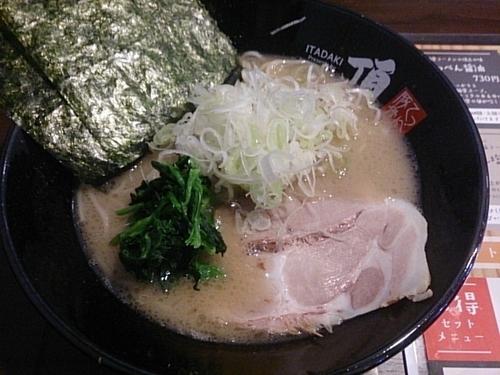 「てっぺん塩 ネギトッピング 細麺 茹普 油普」@豚骨ラーメン 頂の写真