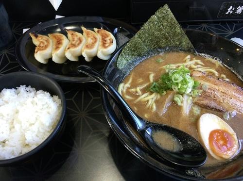 「魚介豚骨ラーメン+煮玉子+餃子セット」@麺屋白虎 甲府店の写真