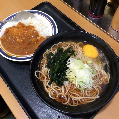 「ミニカレーセット(生卵)+ビール」@名代 富士そば 神田店の写真