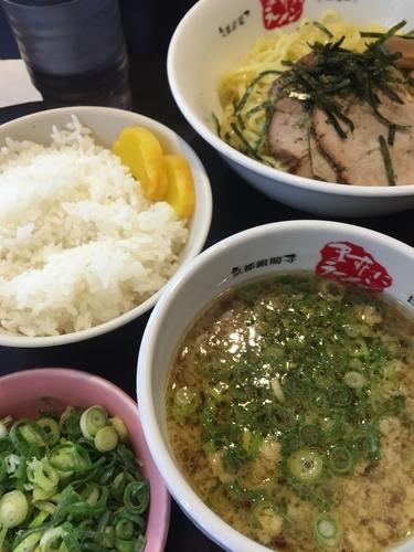 「つけ麺、サービスライス」@京都銀閣寺 ますたにラーメン 日本橋本店の写真