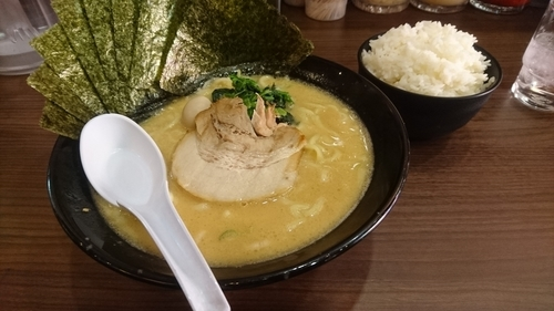 「豚骨味噌ラーメン(麺硬め)+海苔+ライス(サービス)」@横浜家系らーめん 魂心家 藤沢店の写真
