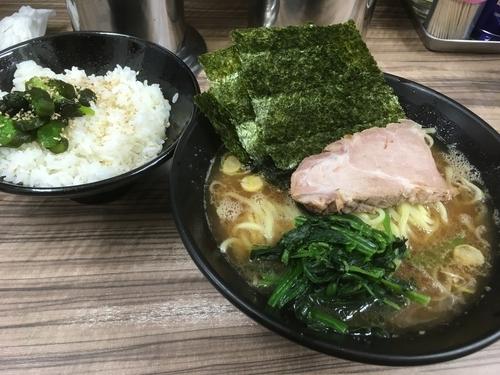 「ラーメン 並 油多め、味濃いめ ライス サービス ¥650」@千葉武蔵家の写真