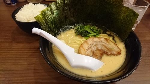 「ラーメン(麺硬・味濃・油少)+ライス(サービス)+海苔」@横浜家系らーめん 魂心家 藤沢店の写真