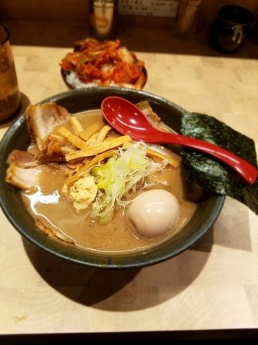 「特製らーめん+ごはん(キムチ&ごはん食べ放題)」@にぼしらーめん88の写真