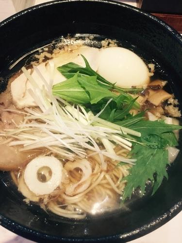 「ワンタン麺(背脂有)+卵」@らーめん 紡麦の写真