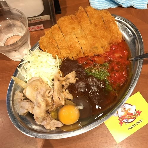 「トマトバジルカレー+豚の生姜焼き+トンカツ+生たまご」@カレーの市民 アルバ 秋葉原本店の写真