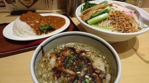 「塩豚ガーリック煮干しつけ麺+トマトバターチキンカレー」@銀座 朧月 鶏処の写真