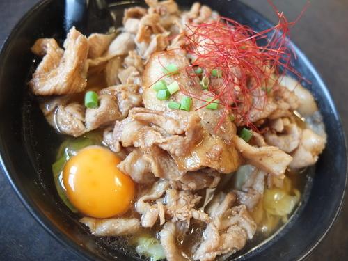 「ガッツリ肉盛りらーめん(醤油、肉200g)+生卵」@ともや食堂 藤岡店の写真