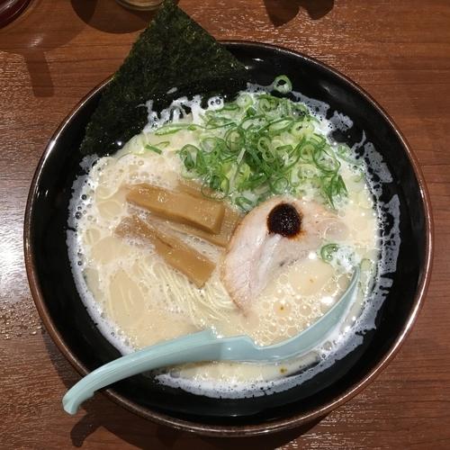 「博多とんこつらぁ麺(サマーフェス企画でワンコイン!)」@横浜家系ラーメン 壱角家 三鷹店の写真