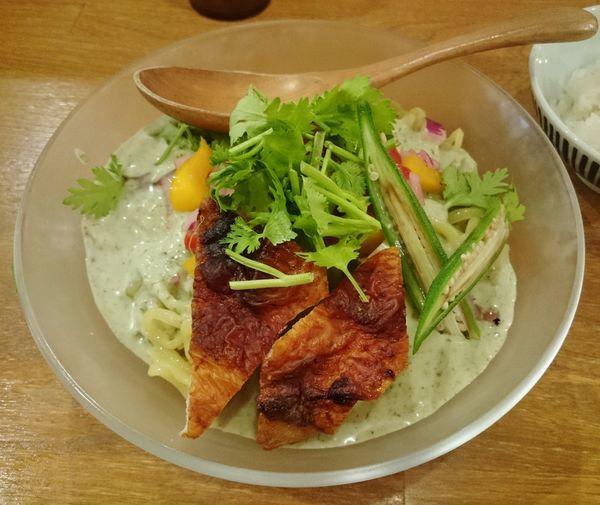 「モロヘイヤの冷やしグリーンカレー麺(限定) 1000円」@鶏ポタラーメン THANK お茶の水の写真
