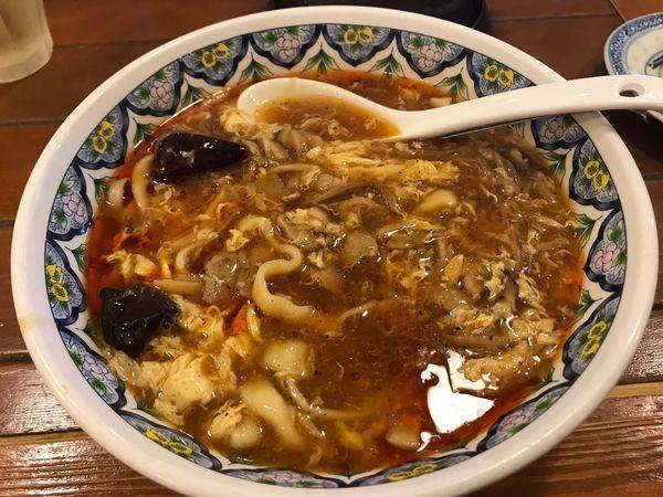 「激辛スーラータンメン 刀切麺 910円」@中国ラーメン 揚州商人 大和店の写真
