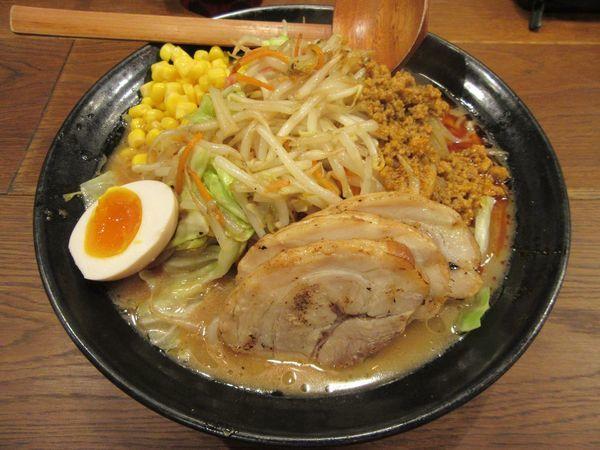 「野菜爆盛り味噌らーめん+チャーシュー×3(1242円)」@マルヤ商店の写真