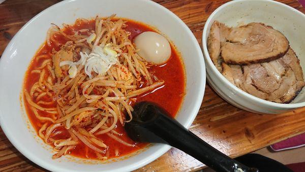 「辛辛ラーメン(3辛)+味玉 +チャーシュー丼」@塚越ラーメンの写真
