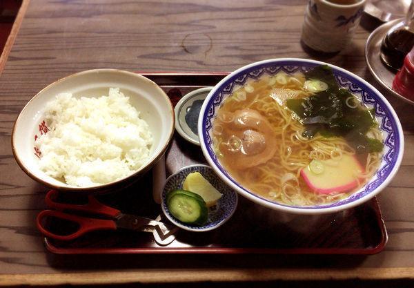 「ラーメン(450円)+半ライス(200円)」@満留賀の写真