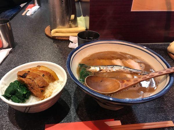 「かけ+角煮丼」@烈志笑魚油 麺香房 三くの写真