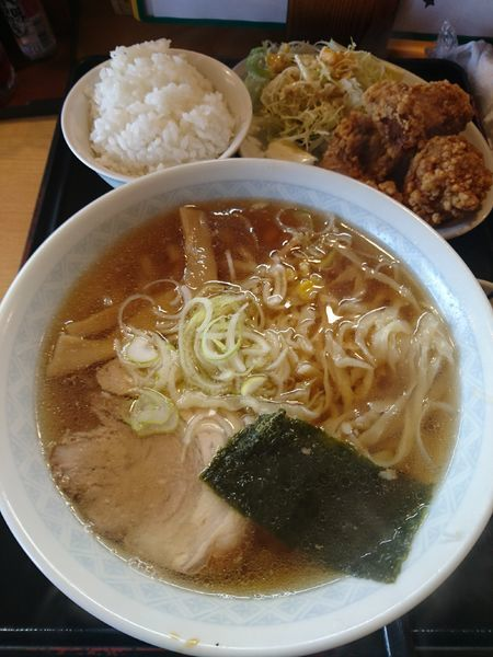 「しょうゆらぁ麺 (+から揚げ・ライス・お新香) 880円」@うなりの写真