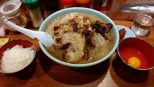「炙り豚ジロー麺200g 生卵辛みそ サービスライス中」@らーめん・つけめん 八角の写真