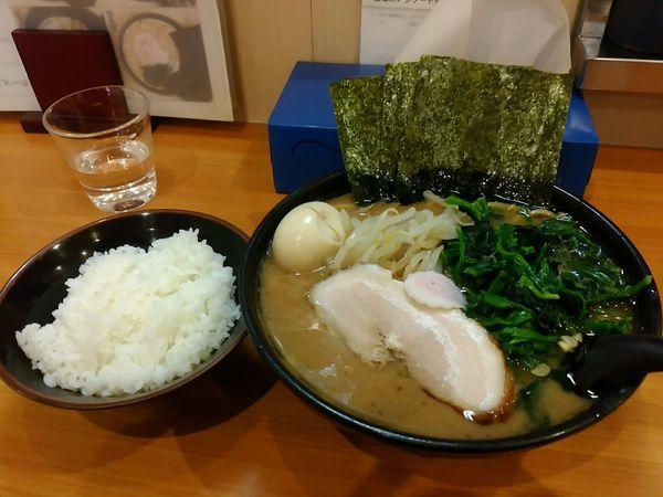 「ラーメン中盛+ほうれん草&ライス」@横浜ラーメン てっぺん家 元住吉店の写真
