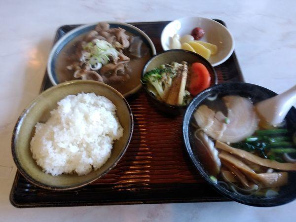 「おまかせ定食(もつ煮+半ラーメン)900円」@香珍の写真