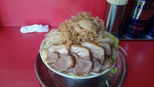 「チャーシュー麺・限界盛り(ニンニク少しヤサイアブラブロック」@麺でる 田園調布本店の写真