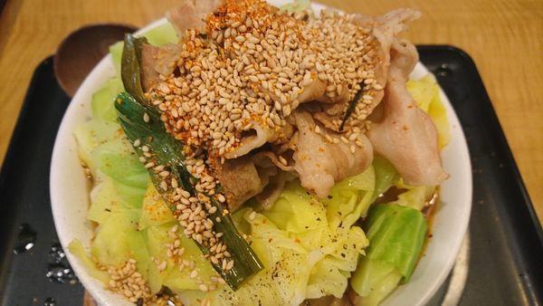 「肉南蛮そば」@なぜ蕎麦にラー油を入れるのか。 東新宿店の写真