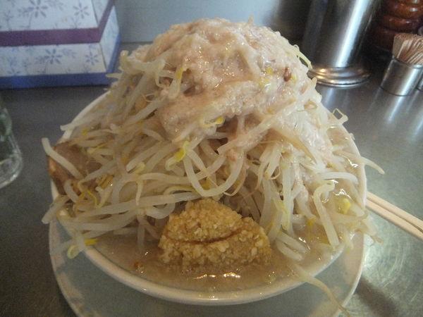 「塩680円・たまねぎ70円(野菜増しニンニクアブラカラメ)」@らーめん大 汐留店の写真