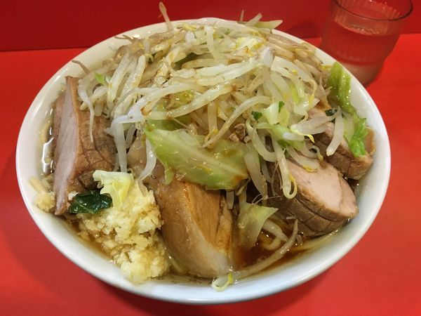「豚入りラーメン(ヤサイ・ニンニク・カラメ)」@ラーメン二郎 仙川店の写真