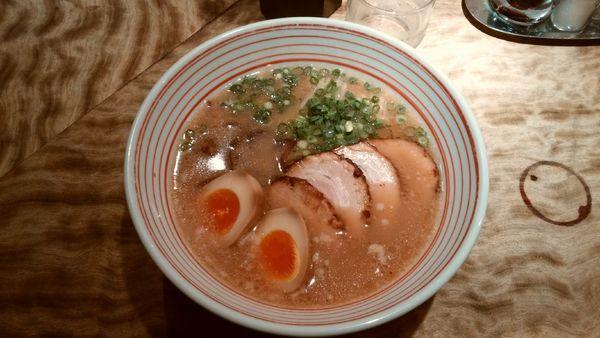 「煮玉子チャーシューメン+替え玉」@博多うま馬 東京駅店の写真