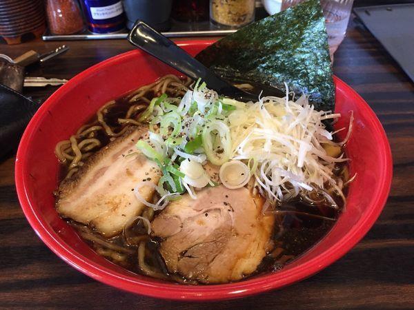 「富山ブラックラーメン大盛り麺固めトッピングネギ」@麺家いろは 射水本店の写真