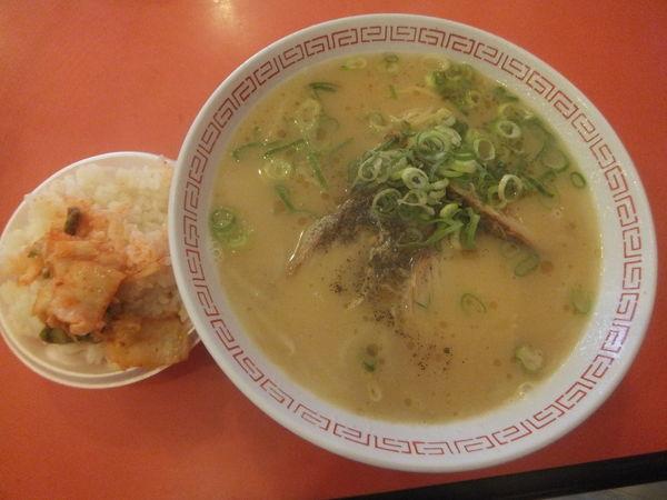 「ラーメン600円(ご飯、ニラ、キムチ、ニンニク食べ放題)」@金龍ラーメン 難波千日前店の写真