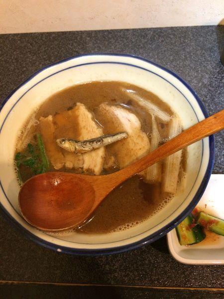 「かけ(並)850円」@烈志笑魚油 麺香房 三くの写真